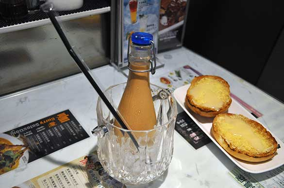 ビン入りアイス・ミルクティ - 翠華餐廳すいかレストラン
