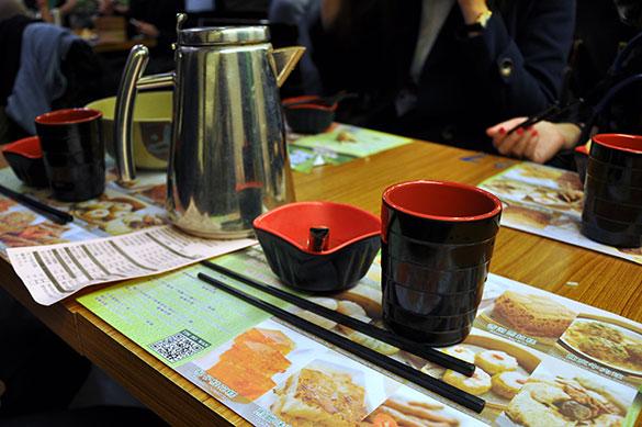 プラスチックの湯呑みとお椀、レンゲとお箸 - 添好運點心専門店(深水埗)
