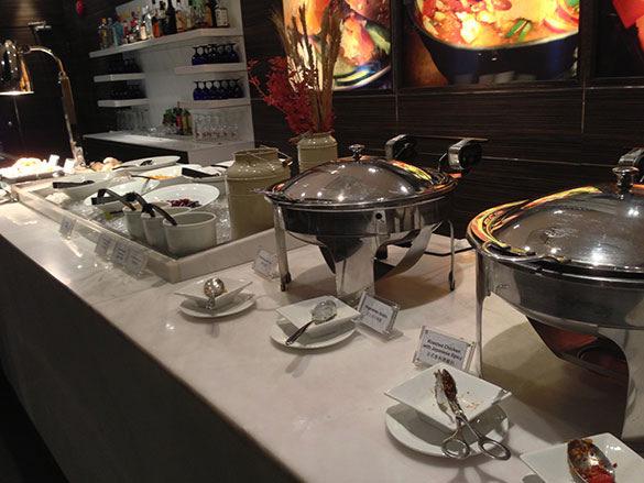 ブッフェコーナー - 香港国際空港 到着ラウンジ「プラザプレミアムラウンジ」