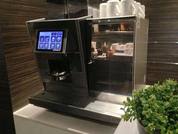 コーヒーマシン - 香港国際空港 到着ラウンジ「プラザプレミアムラウンジ」